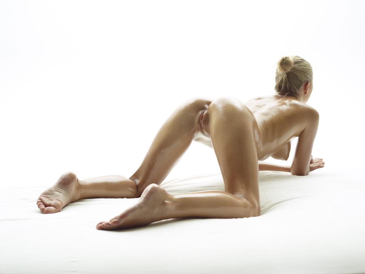 На кровати грудастая женушка получает во влагалище крепкий пенис