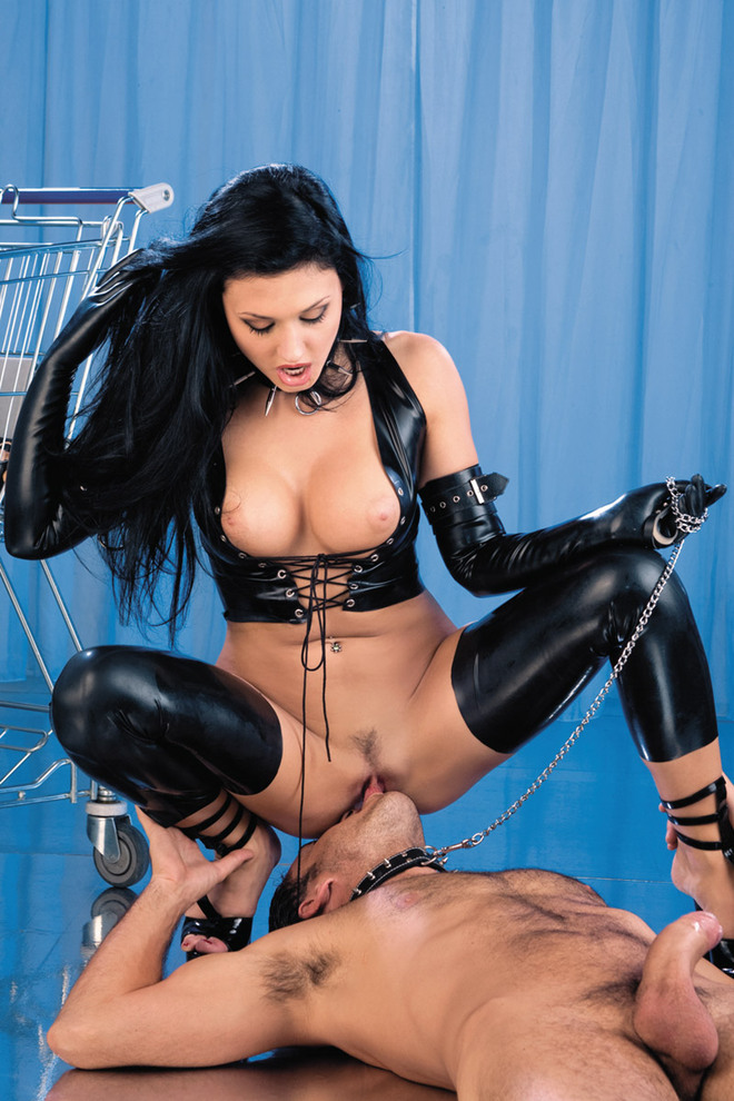 Две садо мазо госпожи трахают раба
